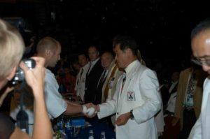 Президент Международной организации каратэ-до Кёкусин-кан Рояма Хацуо, 9-й дан, поздравляет Сергея Осипова с золотой медалью чемпионата мира по весовым категориям 2005 г