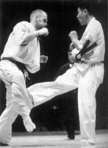 Единственным, кого Осипов не смог одолеть на чемпионате мира по весовым категориям 2001 г., стал Кияма Хитоси. Кияма выдержал невероятное давление русского бойца, измотал его лоу-киками по внутренней стороне бедра и вырвал победу. Позднее японец назвал этот поединок своим боем года