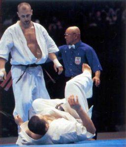 На чемпионате мира по весовым категориям 2001 г. первым из японцев, испробовавших на вкус коронный дзёдан маваси-гэри Осипова, стал Икэда Масато
