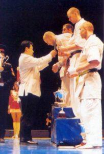 Февраль 2002 г. Сергей Осипов получает золотую медаль победителя Открытого кубка России по Кёкусин каратэ по версии IKO-1 из рук Мацуи Сёкэй. Уже в марте он выиграет Парижский международный турнир в абсолютной весовой категории