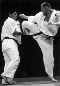 В финале чемпионата мира по весовым категориям 2001 г. Кияма победил Осипова, но даже в этом бою россиянин смог продемонстрировать свой идеальный по форме и характеристикам круговой удар по голове