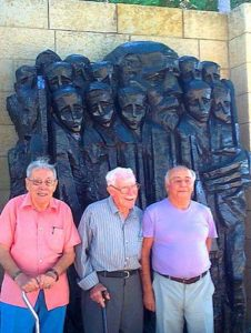 Бывшие воспитанники Дома сирот на церемонии памяти Януша Корчака в мемориале Яд ва-Шем. Справа художник Ицхак Бельфер. Август 2012 г