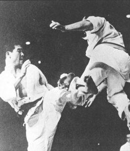 в полуфинале I Чемпионата мира Рояма Хацуо одолел сильнейшего иностранного бойца – Чарльза Мартина из США