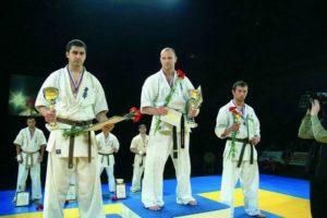Чемпион России 2005 года в тяжелом весе Сергей Осипов на пьедестале почета