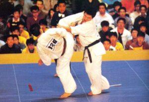 Коронный удар Мацуи Сёкэй - круговой пяткой с разворота. Этот удар в финальном поединке с Масудой Акира на 18-м чемпионате Японии оказался решающим: 5 : 0, уверенная победа Мацуи. Во второй раз подряд он становится чемпионом страны и получает путевку на IV чемпионат мира