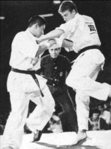 IV чемпионат мира. Куросава бьется со Шмитом. В этом бою Куросава получил серьезнейшую травму правого колена и сразу же после его окончания был отправлен в больницу.