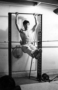 На основании этих принципов Боб Хоффман разработал 8 упражнений на специальном тренажере, который он назвал силовой стойкой
