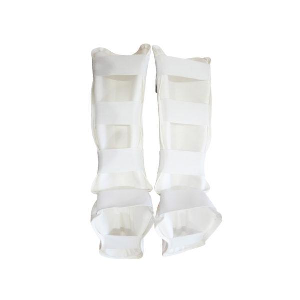 Обеспечивает защиту голени и голеностопа, надежно фиксируется на ногах с помощью крепёжных элементов на липучках